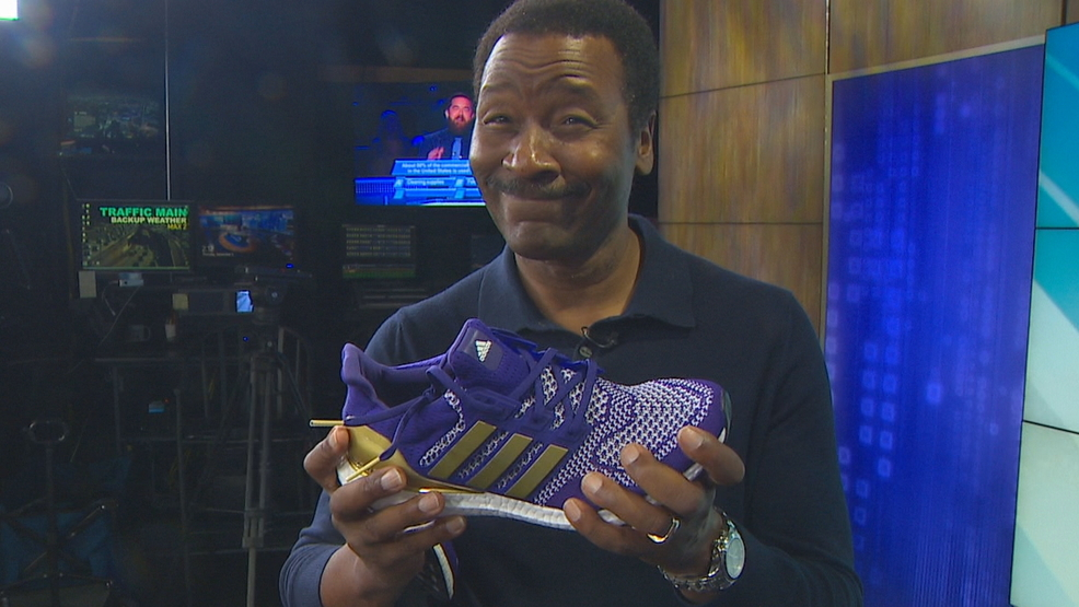 KOMO's Steve Pool honored with special UW athletic shoes
