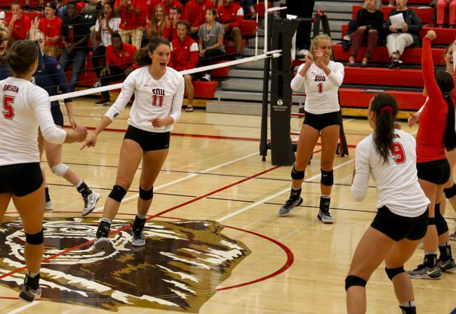 Southern Oregon University match against Oregon Institute of Technology at Mountain Avenue Gym on Wednesday. ( // PHOTO BY: LARRY STAUTH JR)