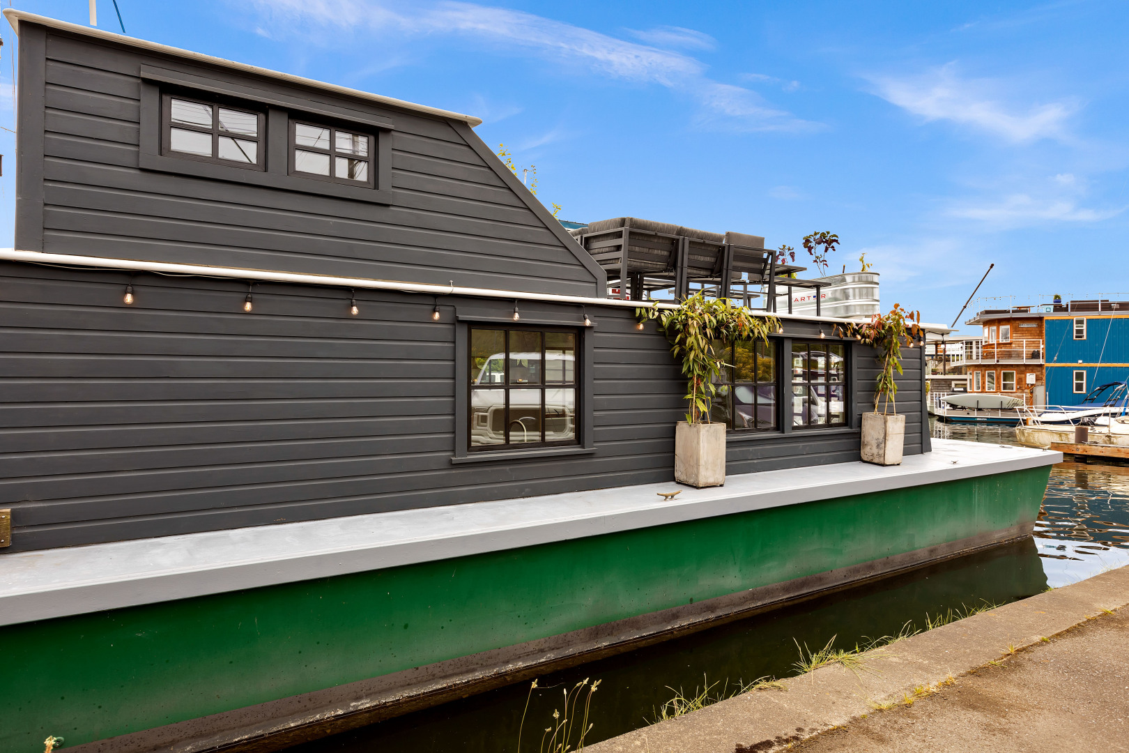 "This stunning houseboat ""Peace"" on Lake Union is{&nbsp;}New York meets Seattle! Full of natural light and gray tones, Peace features an open layout, warm wood details, a large jet tub, washer & dryer and large rooftop deck. Built in 1987, Peace comes in at 504 square feet and is listed for $395,000,{&nbsp;}<a  href=""https://1611412.rsir.homes/"" target=""_blank"" title=""https://1611412.rsir.homes/"">more info online</a>. (Image:{&nbsp;}<a  href=""https://www.instagram.com/apnwphotographer/"" target=""_blank"" title=""https://www.instagram.com/apnwphotographer/"">Nicolas Gerlach / @apnwphotographer</a>)"