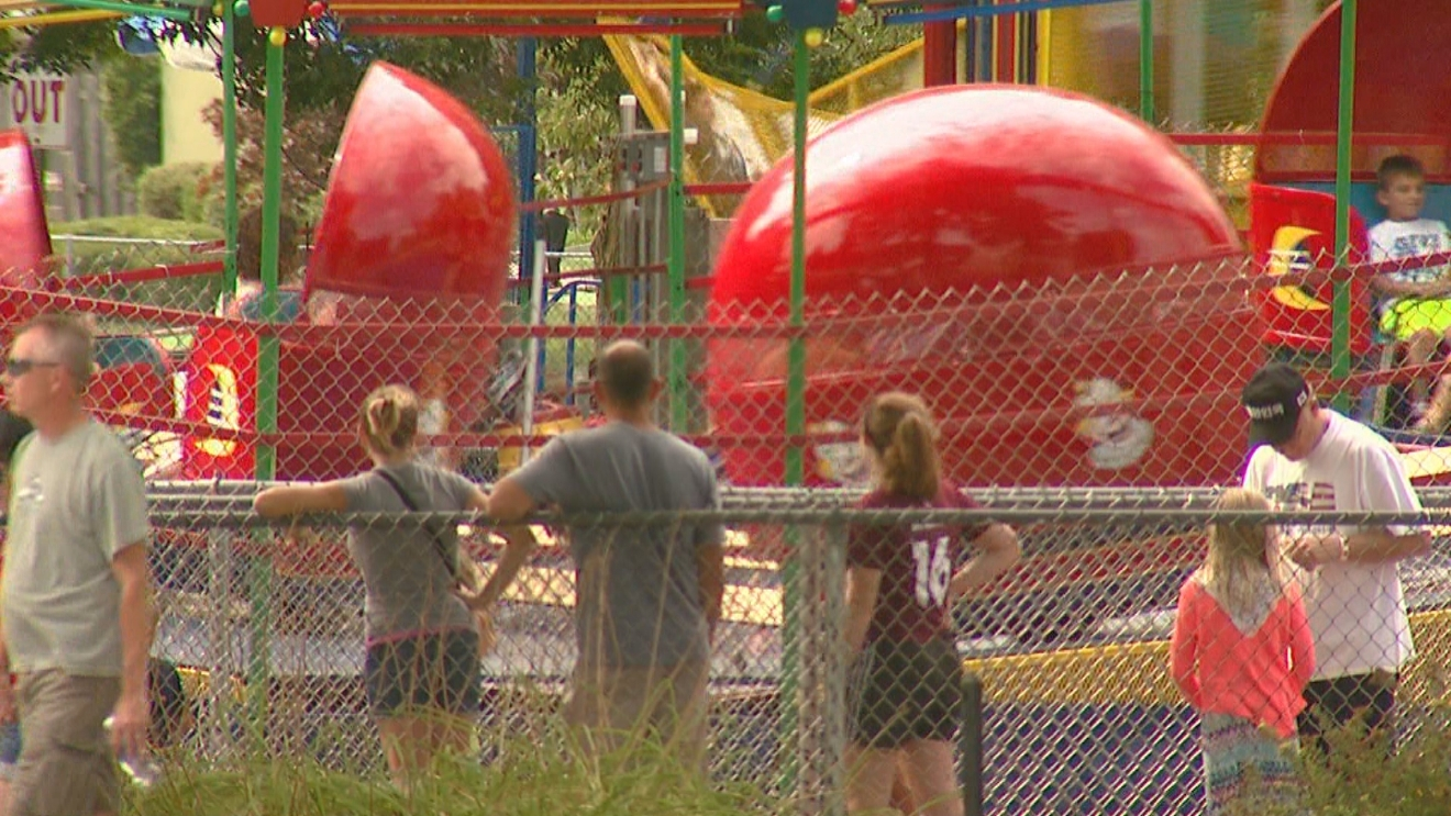 Park-goers enjoy Labor Day at Bay Beach Amusement Park in Green Bay, September 5, 2016. (WLUK)