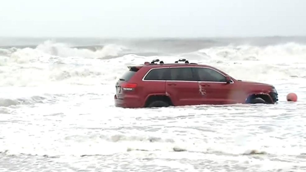 Car stuck in Atlantic Ocean in Myrtle Beach as Dorian hits