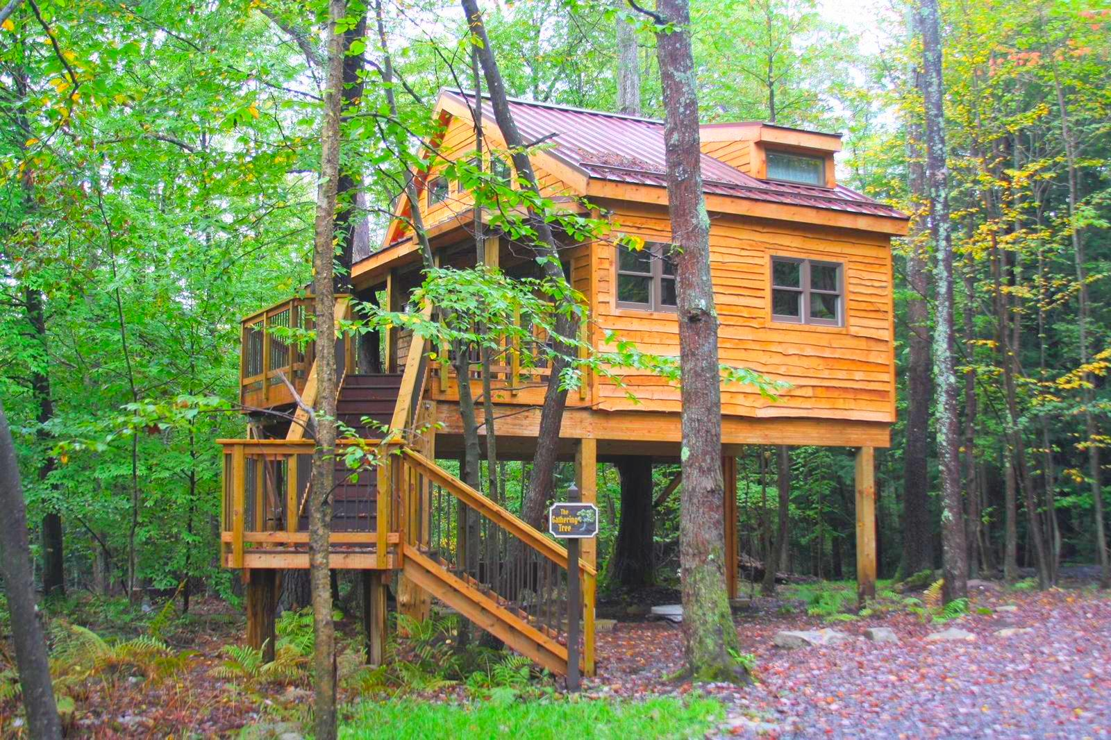 This tranquil and family-friendly tree house is located on an acre of majestic woodlands next to Savage River State Forest in Grantsville, Maryland. With two bedrooms and one bathroom, the tree house can accommodate up to six guests. { }(Image: Courtesy Glamping Hub)