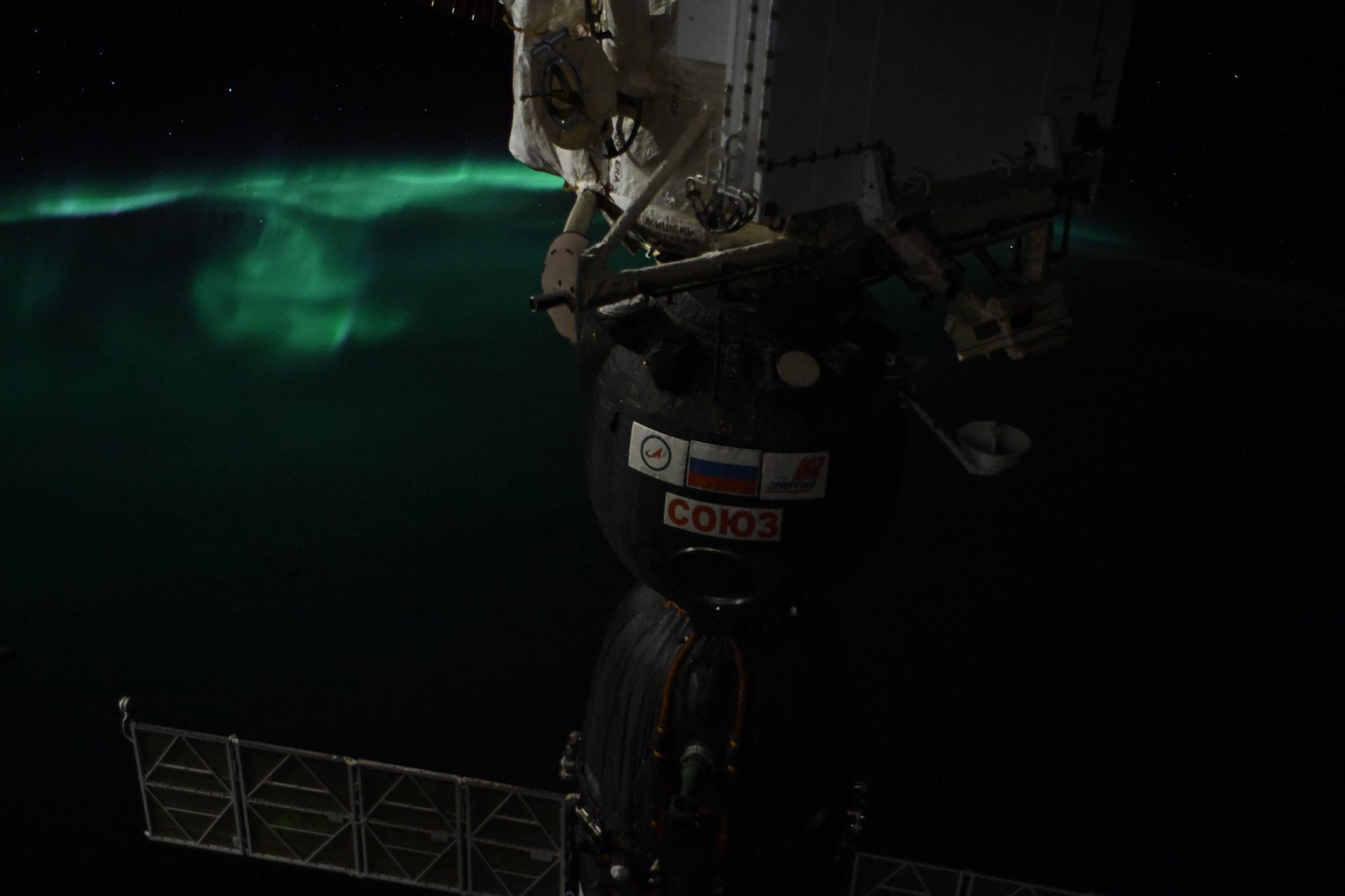 Saw my first Aurora Australis on this mission today, my silent magical old friend. 6 nose prints on the window, despite being busy with #science. Quite fittingly, the ship in the foreground is the one that carried @AstroSerena, Sergey & me into space almost 2 weeks ago. #Horizons (Photo & Caption: Alexander Gerst / NASA)