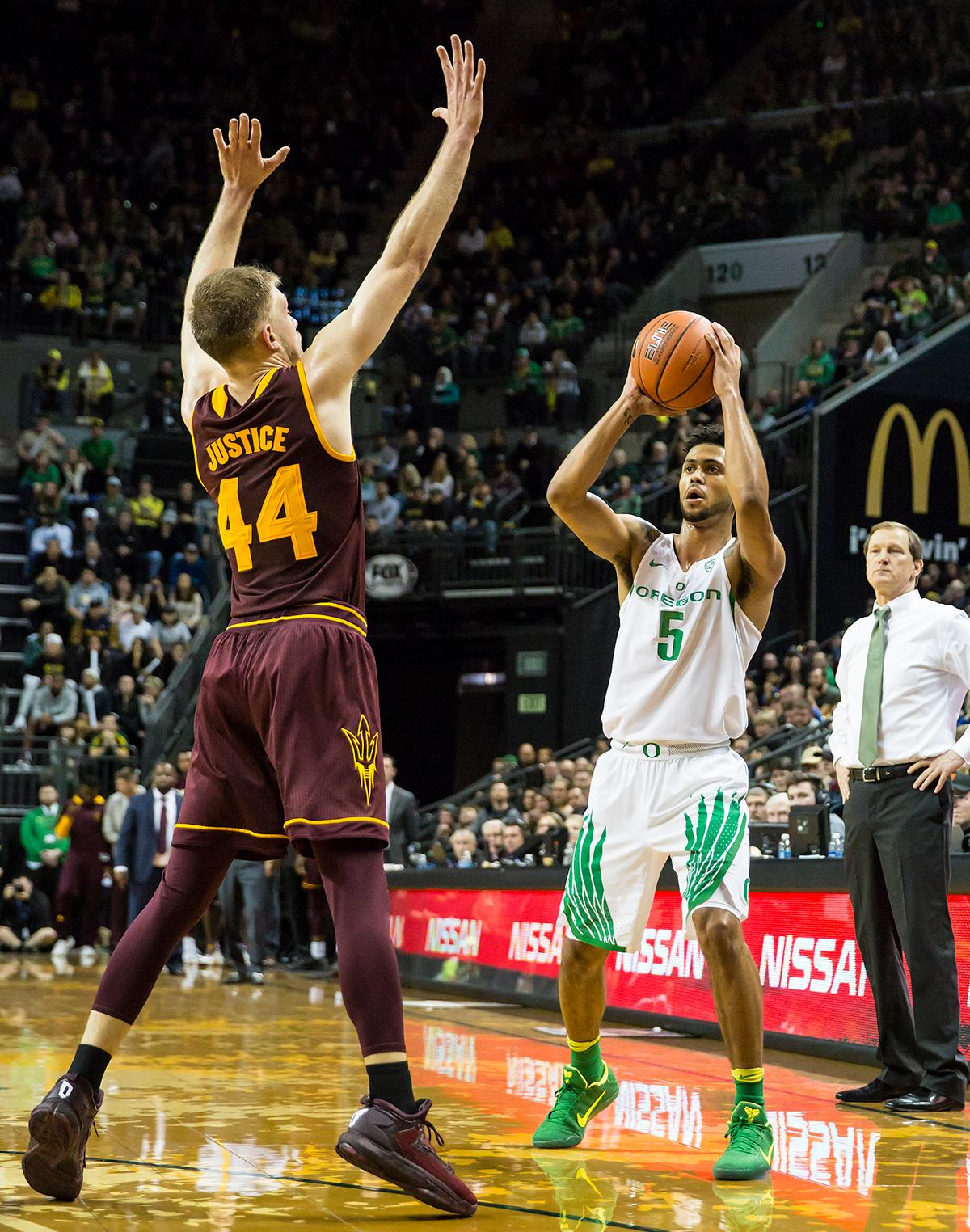 Oregon guard Tyler Dorsey (#5) looks past Arizona State guard Kodi Justice (#44) for an open teammate. The Oregon Ducks defeated the Arizona State Sun Devils 71 to 70. Photo by Ben Lonergan, Oregon News Lab